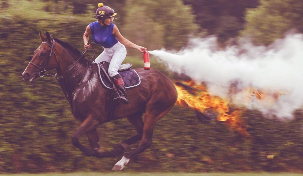 jolie cavalière qui a légèrement le feu au cul